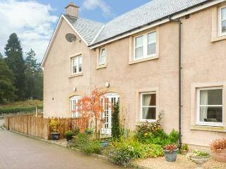 1E WEST NISBET STEADING, mid-terrace, courtyard, WiFi, in Nisbet, Jedburgh, Ref 926902 - Jedburgh vacation rentals