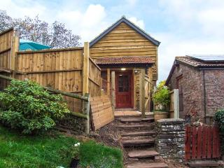 ORCHARD COTTAGE, detached, romantic, hot tub, WiFi, pet-friendly, Blakeney Ref 930735 - Blakeney vacation rentals