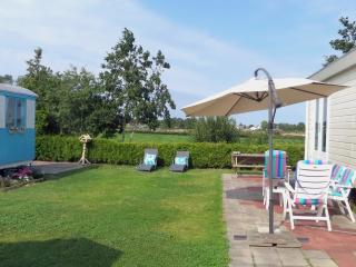 cosy chalet, 6p, big garden, free sight, Leeuwarde - Franeker vacation rentals
