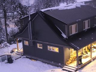 Cozy 3 bedroom Golden Cottage with Deck - Golden vacation rentals