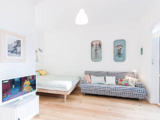 NEW and cozy. Central, near Oktoberfest + Messe - Munich vacation rentals