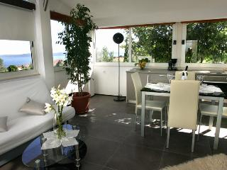 TH01807 Apartments Villa Di FLOWER / One bedroom - Okrug Gornji vacation rentals