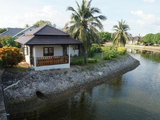 Beautiful Bungalow with Housekeeping Included and Television - Klaeng vacation rentals