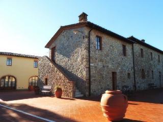 Comfortable 3 bedroom Farmhouse Barn in Monteriggioni - Monteriggioni vacation rentals