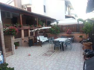 APPARTAMENTO IN VILLA A 20 MIN. DA ROMA SAN PIETRO - Ladispoli vacation rentals