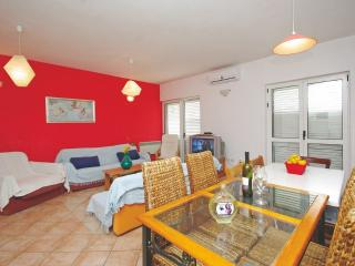 A9+2 Red Apartment - Makarska vacation rentals