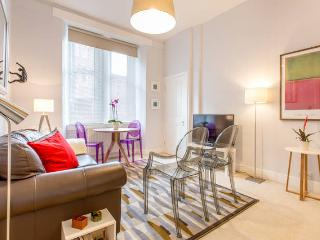 Central & Cozy Flat just 15 min Walk From Palace - Edinburgh vacation rentals