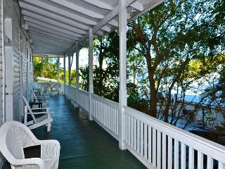Duval Quarters - Roomy 1 Bed 1 Bath Condo Just Steps to Duval St! Sleeps 4 - Key West vacation rentals