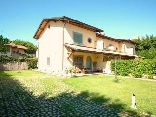 4 bedroom Villa with Internet Access in Forte Dei Marmi - Forte Dei Marmi vacation rentals