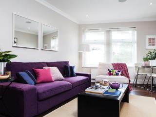 Clapham South - Chic flat by the Tube & Common - London vacation rentals