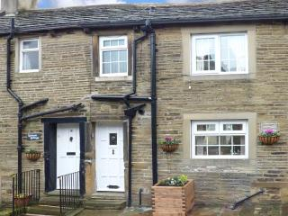OWL COTTAGE, stone-built, terraced, super king-size bed, romantic retreat, in Haworth, Ref 925170 - Haworth vacation rentals