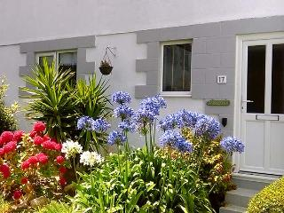 SUNSEEKERS, pet-friendly cottage, enclosed garden, off road parking, WiFi, in Hayle, Ref 927664 - Hayle vacation rentals
