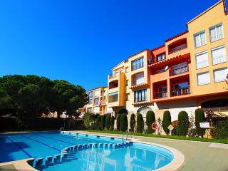 Cozy 2 bedroom Apartment in Empuriabrava with Shared Outdoor Pool - Empuriabrava vacation rentals