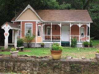 Cottages On Main Street, #5 Peach, 2 Person Spa Tub, Trolley, 5 Blocks to Downtown (flat walk) - Eureka Springs vacation rentals