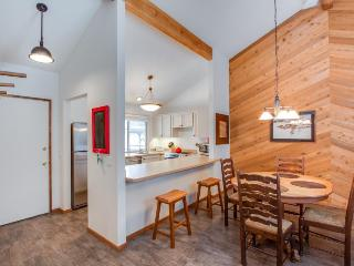 Renovated condo w/ shared pools, hot tubs & sports courts, SHARC passes - Sunriver vacation rentals