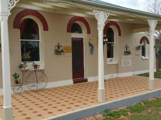 Must Love Dogs Bed and Breakfast Cottage,2 suites - Rutherglen vacation rentals