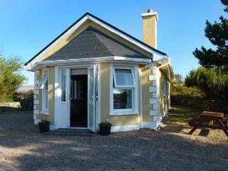 TI SHEAMUIS, detached cottage, woodburner, sea views, in Cashel, Carna, Ref 928470 - Carna vacation rentals