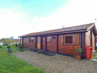 BITTERN LODGE, on holiday park, on-site facilities, private hot tub, parking, in Tattershall, Ref 931209 - Tattershall vacation rentals