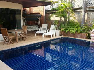 Lovely 3 bed pool villa in central Jomtien - Jomtien Beach vacation rentals