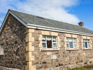 OLD FACTORY HOUSE, detached, stone cottage, open fire, lawned gardens, Carraroe, Ref 927460 - Carraroe vacation rentals