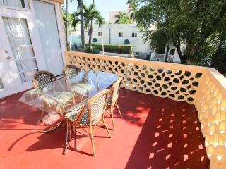 2 bed, one bath, balcony, wifi, walk to beach, parking available - Miami Beach vacation rentals