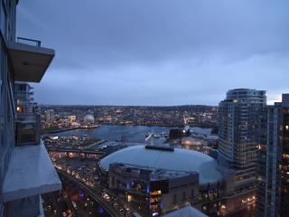 Elegant 2 Bed, 2 Bath Condo in Downtown Vancouver - Vancouver vacation rentals