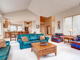 Beautiful home in Blue River with hot tub and gondola parking passes - Pineview Hideaway - Breckenridge vacation rentals
