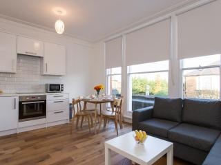 Bright 2BR Apt, 20 min to Central London - London vacation rentals