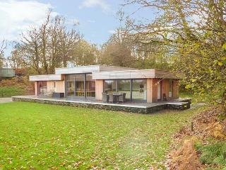 SILLY KNOT, luxury detached cottage, hot tub, en-suites, woodburner, parking, patio, in Backbarrow, Ref 931531 - Backbarrow vacation rentals