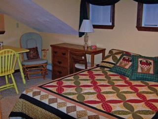 Family Room 1 Queen, 2 Singles Hot Brkfst Sleeps 5 - Del Norte vacation rentals