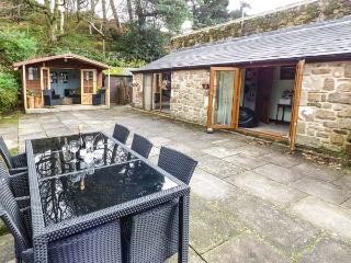 THE GRANNERY, semi-detached, all ground floor, patio, paddock, summer house, large gardens,pet-friendly, WiFi, Matlock, Ref 20791 - Matlock vacation rentals