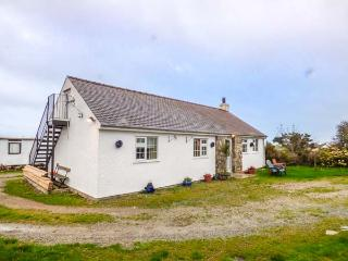 TY WOOD COTTAGE, close to beach, pet-friendly, woodburner, patio, in Rhoscolyn, Ref 929795 - Rhoscolyn vacation rentals