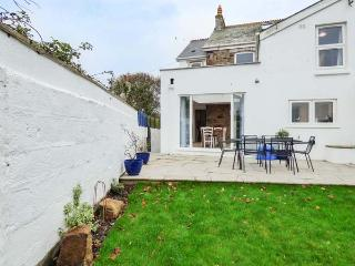 HILLVIEW COTTAGE, semi-detached, open fire, private garden, play room, WiFi, Porth Ref 920555 - Newquay vacation rentals