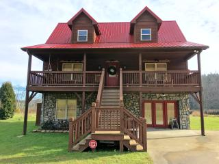 The New River Ramble-10 miles to Boone, River frontage, HotTub, Game Rm, Firepit - Boone vacation rentals