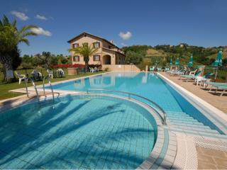 Comfortable 2 bedroom Colli Del Tronto House with A/C - Colli Del Tronto vacation rentals