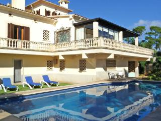 Beautiful Villa with Internet Access and Dishwasher - Porto Cristo vacation rentals