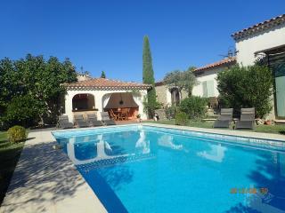 Luberon propriété avec piscine et jardin - Cabrieres-d'Avignon vacation rentals
