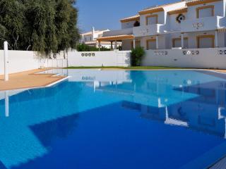 T2 Vila Sul excelente localização, apenas a 10 minutos a pé da praia - Olhos de Agua vacation rentals