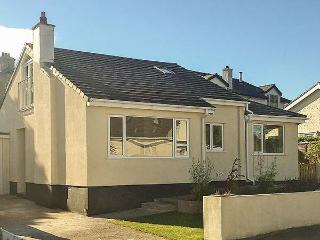 AWEL MON, detached, gardens, hot tub, WiFi, Benllech, Ref 21994 - Benllech vacation rentals