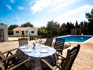 Charming 4-bedroom villa in La Juncosa, only 20km from the beach! - Rodona vacation rentals