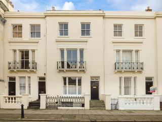 EASTON HOUSE, WiFi, sea views, off road parking, Ryde, Ref 923987 - Ryde vacation rentals