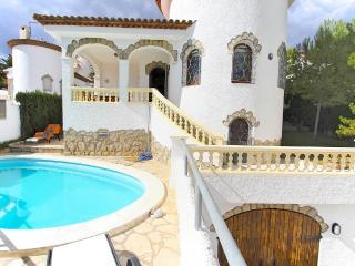 B16 ANDORRA villa piscina privada cerca del mar - Miami Platja vacation rentals