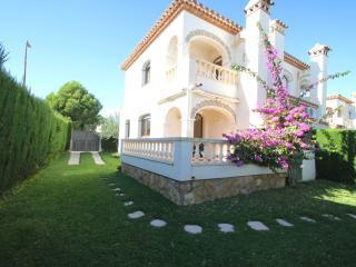 C33 MASIA1 adosado con jardín privado y piscina - L'Hospitalet de l'Infant vacation rentals