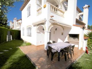 C34 MASIA2 adosado con jardín privado y piscina - L'Hospitalet de l'Infant vacation rentals
