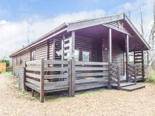PAPILLON LODGE, ground floor detached lodge, en-suite, lawned garden, pets welcome, in Pentney, Ref 928286 - Pentney vacation rentals