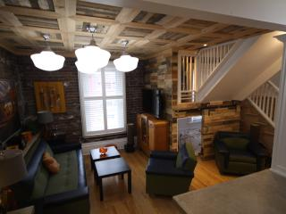 2 STORY, 2 BATH, 2 1/2 BEDROOMS Downtown! SLEEPS 8 - Ottawa vacation rentals