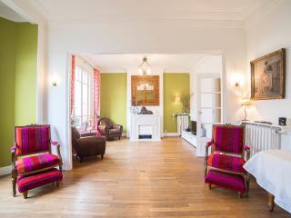 Très Bel Appartement 1930 de 120 mètres carrés - Montreuil vacation rentals