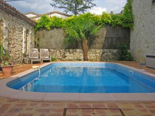 Le Figuier house in village, pool, garden, terrace - Larressingle vacation rentals