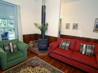 Perfect 2 bedroom World Cottage with Parking Space - World vacation rentals