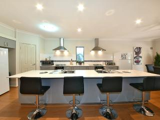 4 BR luxury house 5km fr Perth City - Perth vacation rentals